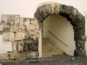 The surviving gate of two at the Porta Praetoria: it now leads into a courtyard of the former Bishop's Palace, now a hotel and restaurant.