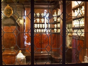 Looking through the window of the farmacia: it was named for two enormous jars decorated with the eagle of St Mark
