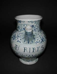 A spouted jar from Deruta, containing syrup of black- or redcurrants (Ribes). (Credit: the Fitzwilliam Museum, Cambridge)